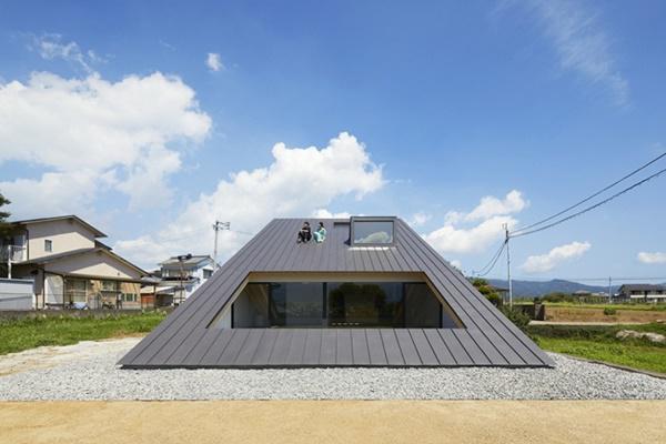 Theo thiết kế của căn nhà, người ở có thể leo lên trên mái nhà từ dưới mặt đất mà không cần cầu thang.Theo thiết kế của căn nhà, người ở có thể leo lên trên mái nhà từ dưới mặt đất mà không cần cầu thang.