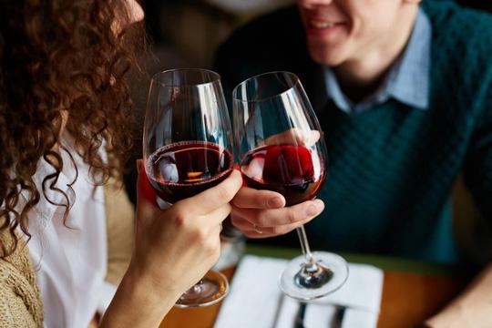Rượu vang sẽ giải phóng dopamine trong não