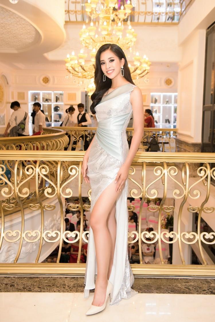 Vừa trở về từ Miss World 2018, Hoa hậu Tiểu Vy đã khoe nhan sắc rạng ngời với đầm body gợi cảm - Ảnh 3