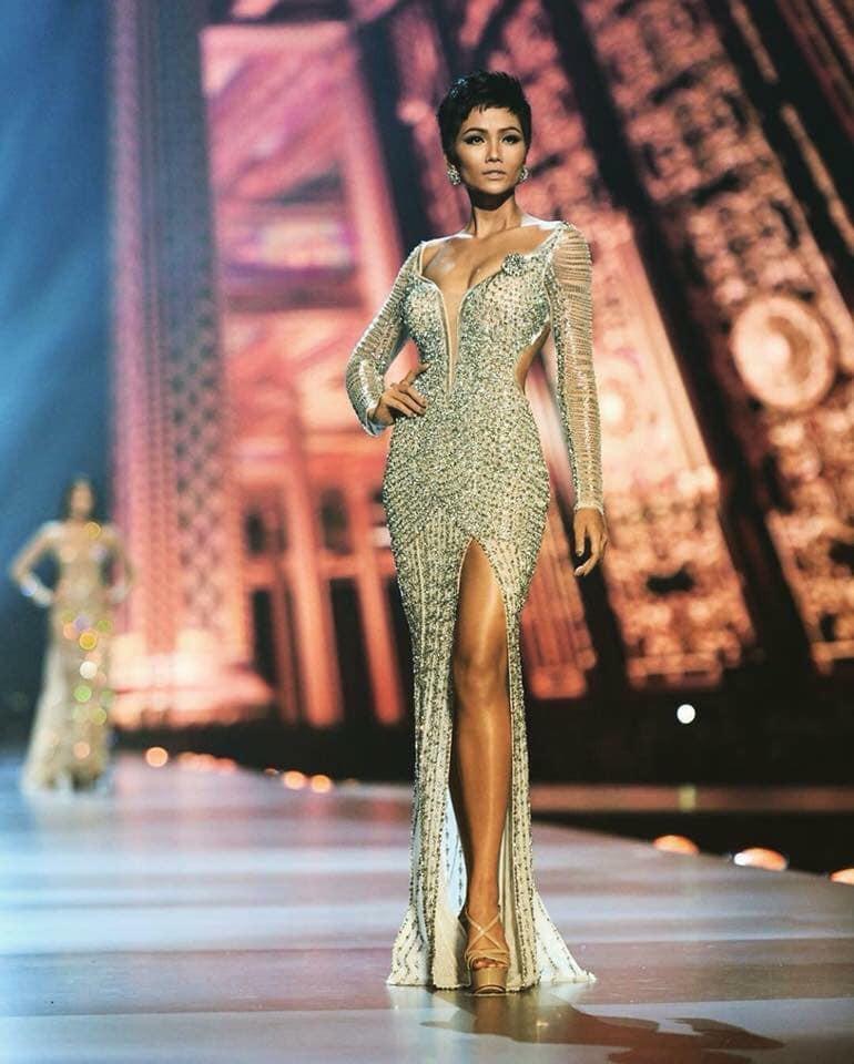 Chiếc váy tạo nên 'kỳ tích' cho 3 nàng Hoa hậu Việt Nam ở đấu trường nhan sắc quốc tế - Ảnh 5