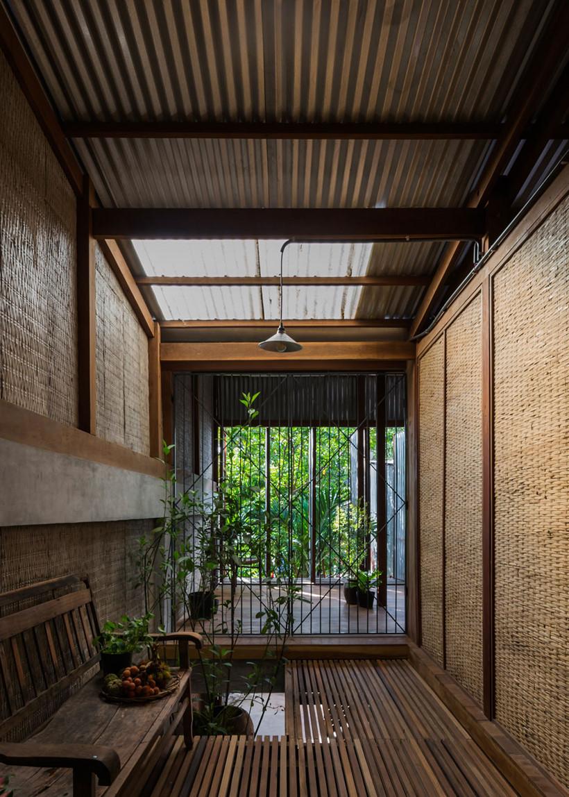 Mặt đứng với hệ cửa tôn xoay mang công trình hòa vào bối cảnh kiến trúc địa phương hiện hữu (phần nào tăng hiệu suất đầu tư, giảm chi phí xây dựng)