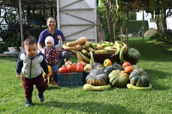 Khu vườn rộng rãi là nơi giúp ông Sáng dạy các cháu bài học yêu thiên nhiên, biết tên từng loại cây, loại rau trong vườn để có thêm yêu quê hương nguồn cội.