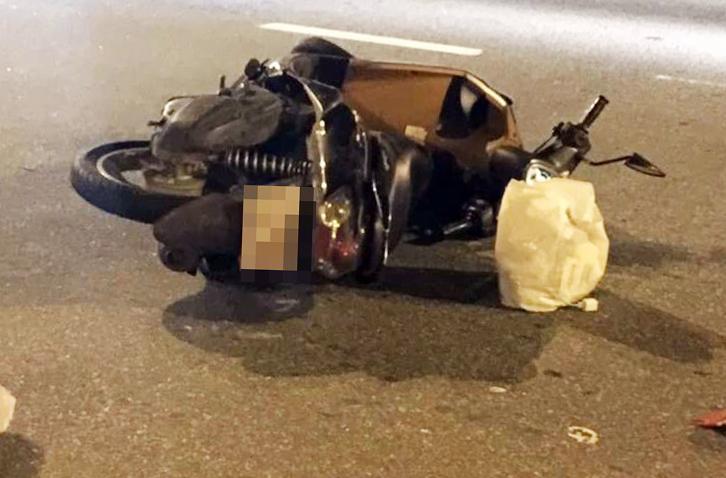 Xe máy nổ lốp, cô gái đội mũ bảo hiểm 'đểu' ngã đập đầu tử vong - Ảnh 1