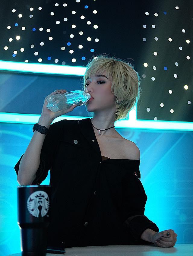 'Hot girl ngực khủng' Elly Trần khoe hình ảnh tomboy tóc nhuộm trắng khiến fan 'chao đảo' vì quá trẻ trung - Ảnh 2