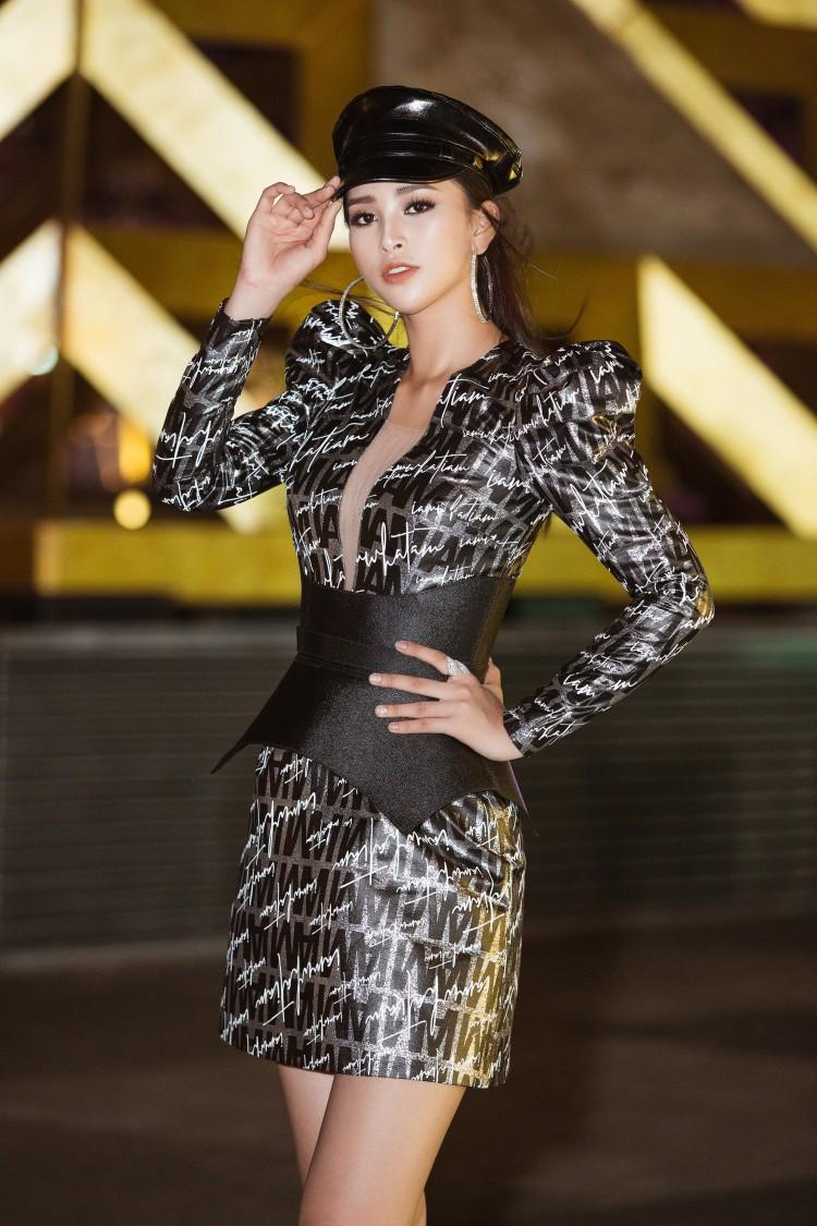 Khác với hình ảnh nhẹ nhàng lúc mới đăng quang, hoa hậu Tiểu Vy 'hầm hố' với style cá tính  - Ảnh 1