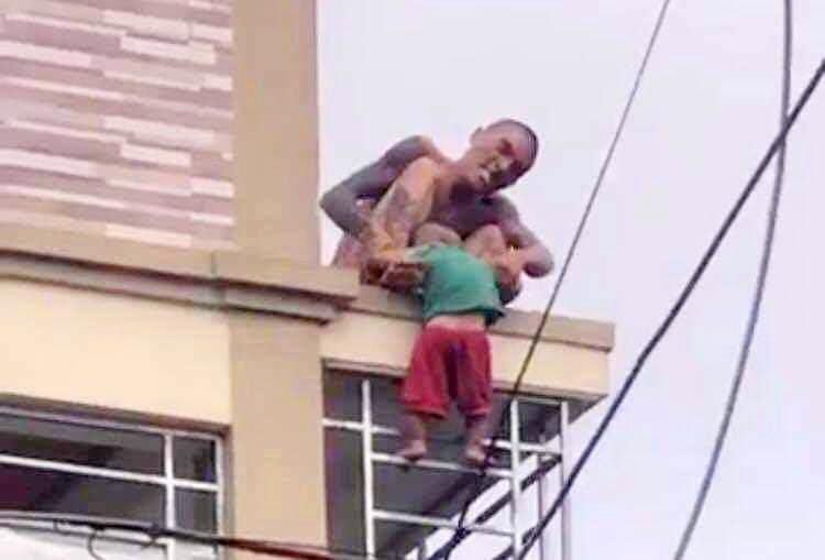 Người cha ném con trai từ mái nhà xuống đất bị điều tra hành vi giết người - Ảnh 1