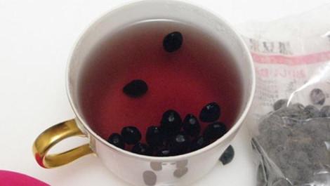 Thưởng thức một ly nước đậu đen xanh lòng mỗi ngày giúp bạn nhanh chóng có mái tóc dài óng mượt và đen nhánh