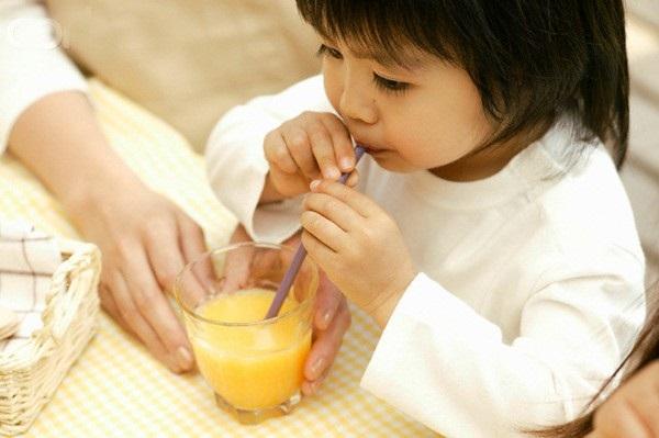 Sai lầm của mẹ khi cho con uống nước ép trái cây