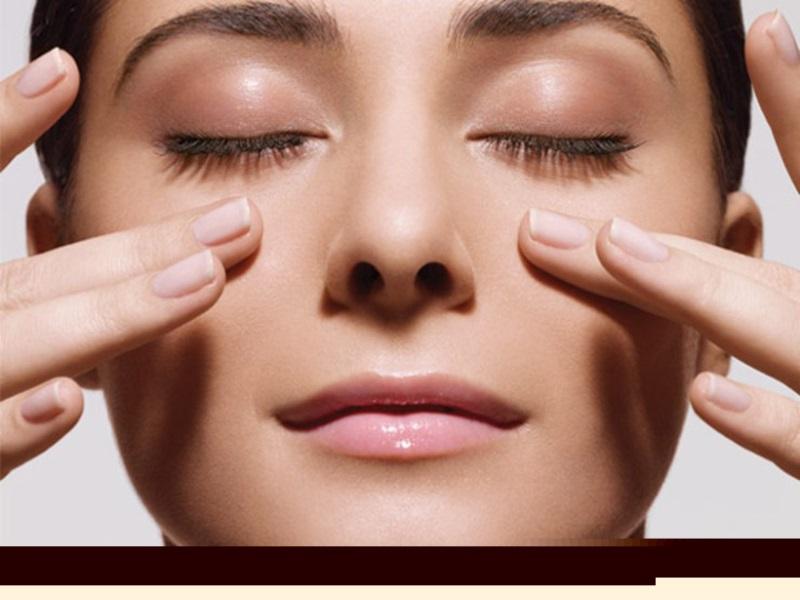 Cách trẻ hóa vùng da quanh mắt - Ảnh 1