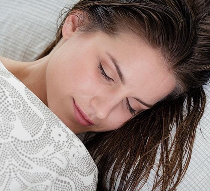 Không để tóc còn ướt đi ngủ sẽ dễ hình thành gàu