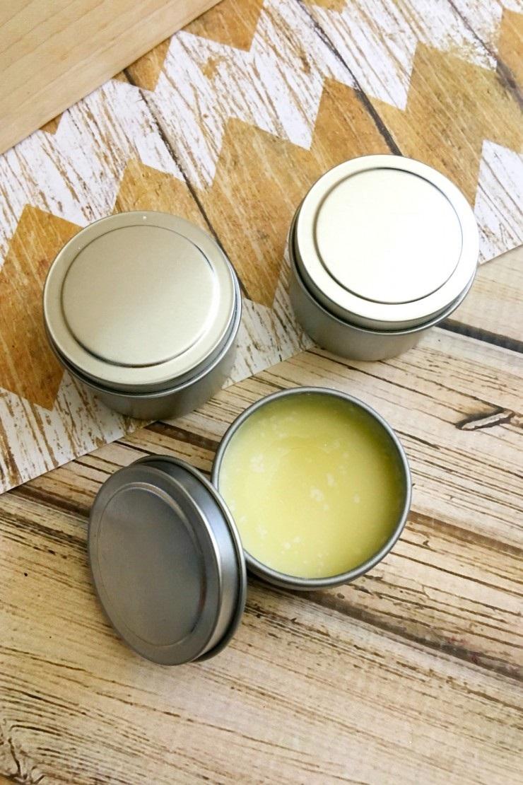 Son dưỡng trị môi khô bằng dầu dừa đơn giản dễ làm tại nhà vô cùng