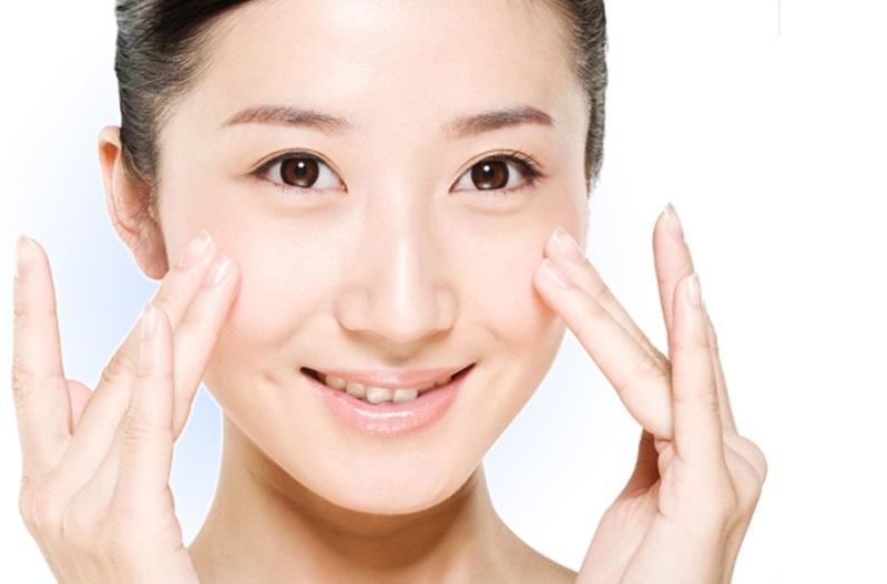 Rửa mặt và massge da mặt thường xuyên hỗ trợ trị mụn thâm hiệu quả hơn