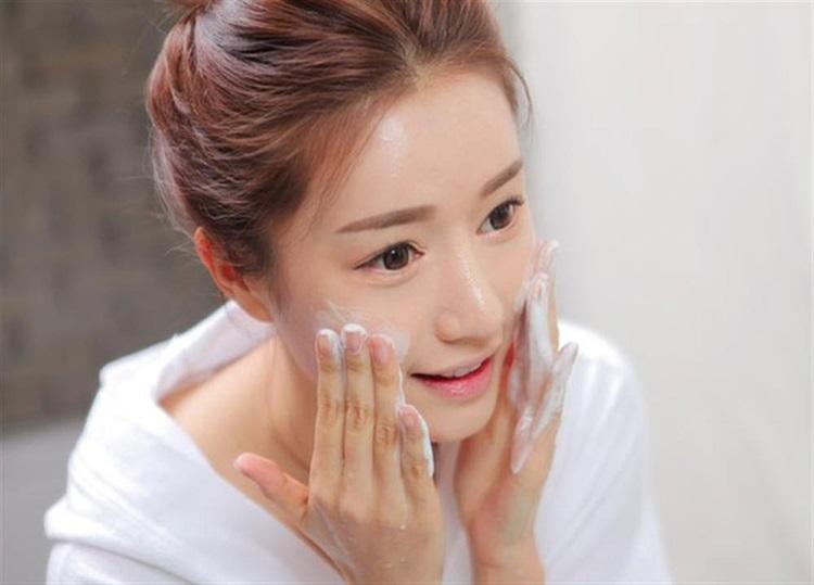 Massage mặt bằng sữa tươi giúp trị mụn thâm tại nhà hiệu quả cao