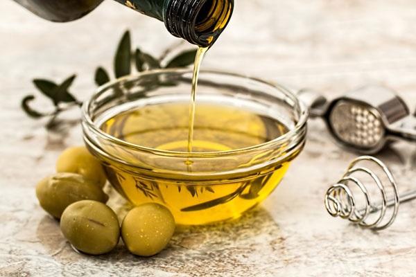 <a target='_blank' href='https://www.phunuvagiadinh.vn/tri-rung-toc.topic'>Trị rụng tóc</a> bằng dầu oliu hiệu và mà an toàn