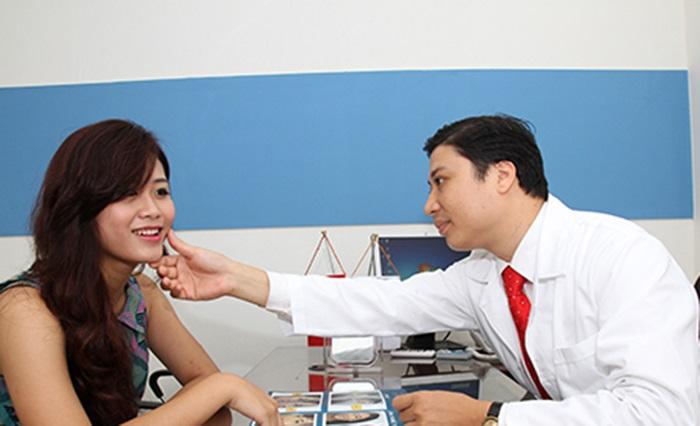 Nên nghe lời tư vấn của bác sĩ chuyên khoa để tìm ra kem trị sẹo lồi tốt nhất.