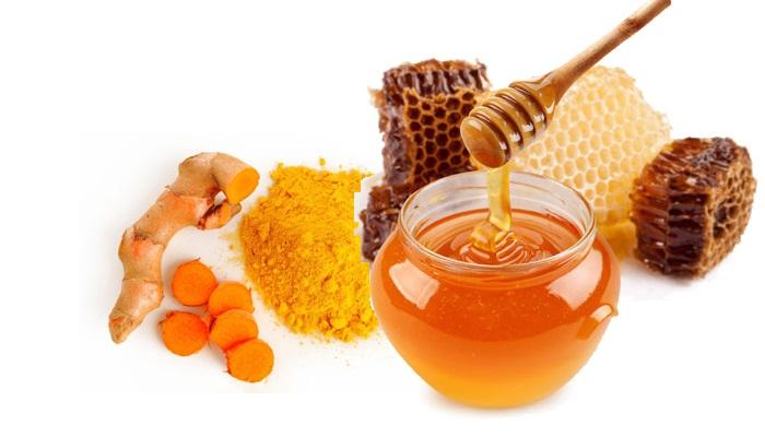 Cách trị sẹo thâm bằng nghệ tươi kết hợp với mật ong.
