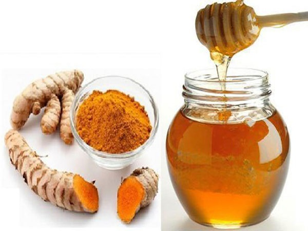 Nghệ và mật ong là 2 nguyên liệu trị sẹo thâm hiệu quả