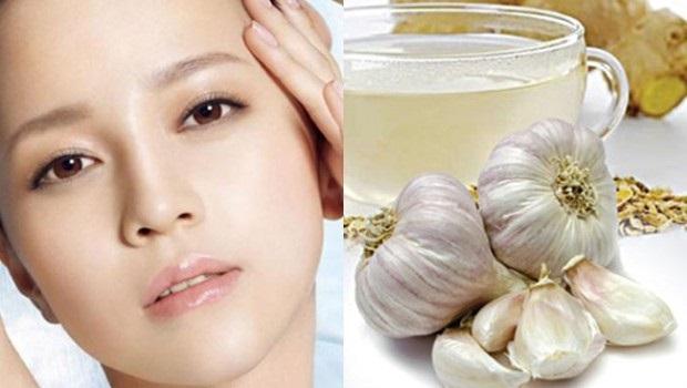 Trị sẹo thâm bằng nước ép tỏi trộn với mật ong hoặc dầu oliu