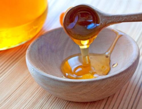 Mật ong giúp trị sẹo thâm ở lưng hiệu quả