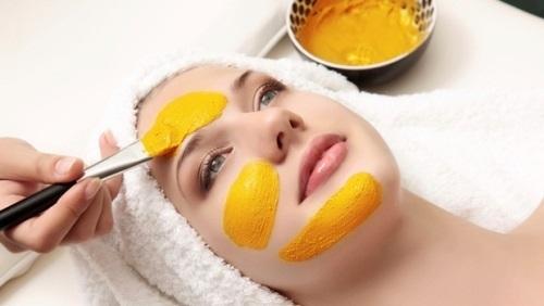 Trộn bột nghệ với sữa tươi thoa lên da để trị mụn thâm tốt nhất
