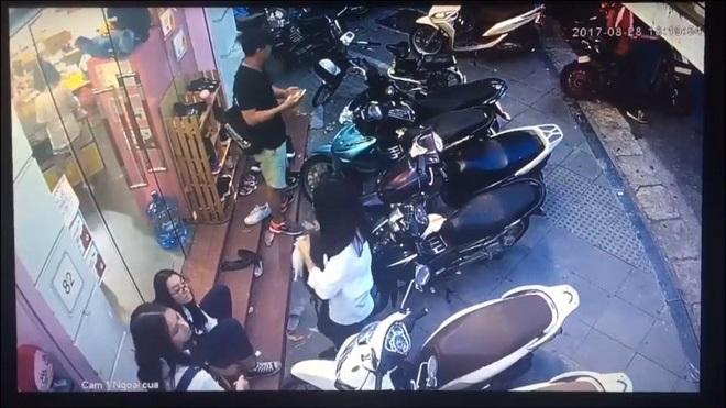 Clip: Bẻ khóa cổ, trộm xe SH chỉ trong 10 giây trước mặt bảo vệ cửa hàng khiến nhiều người ngỡ ngàng, bất an  - Ảnh 1