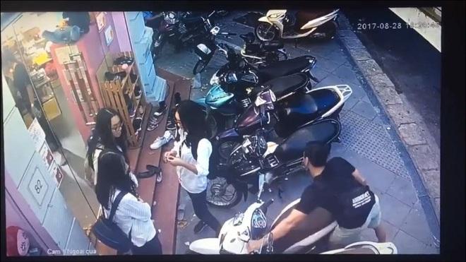 Clip: Bẻ khóa cổ, trộm xe SH chỉ trong 10 giây trước mặt bảo vệ cửa hàng khiến nhiều người ngỡ ngàng, bất an  - Ảnh 2