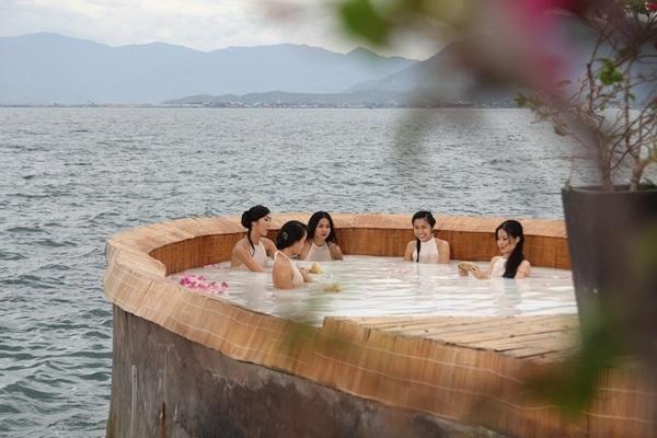 Mỹ nhân Việt khoe thân hình nóng 'bỏng mắt' khi đóng những cảnh tắm trong phim - Ảnh 15