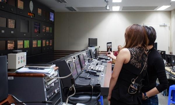 Hậu trường ngày làm việc cuối cùng của BTV Trúc Mai tại VTV24 gây xúc động - Ảnh 1