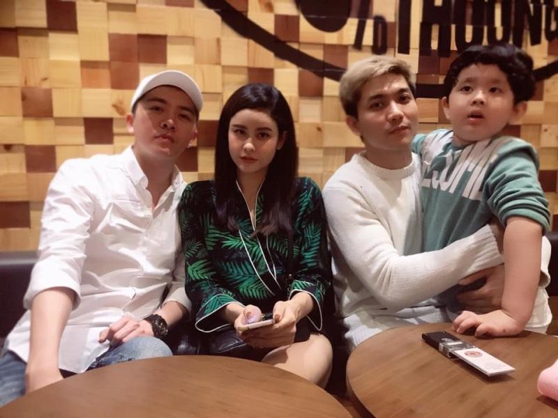 Trương Quỳnh Anh ngồi lên đùi người đàn ông lạ trước mặt Tim và con