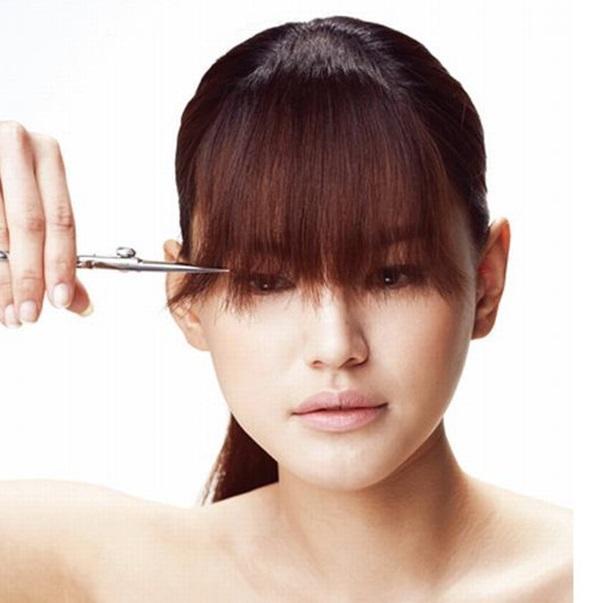 Mách chị em tự cắt 2 kiểu tóc mái cực đơn giản