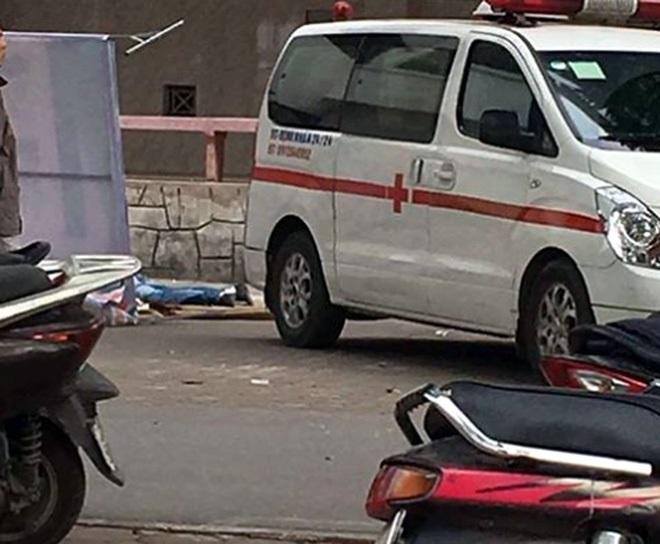 Nóng: Phát hiện lá thư tuyệt mệnh bên cạnh nam sinh viên nhảy lầu tử vong trong khuôn viên Trường Đại học Xây Dựng - Ảnh 1