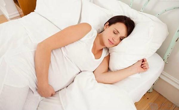 4 tư thế ngủ cực nguy hiểm khi phụ nữ mang thai - Ảnh 1