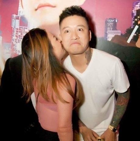 Tuấn Hưng lộ ảnh 'ôm ấp' fan nữ trong quán bar và ôm gái mặc kệ vợ