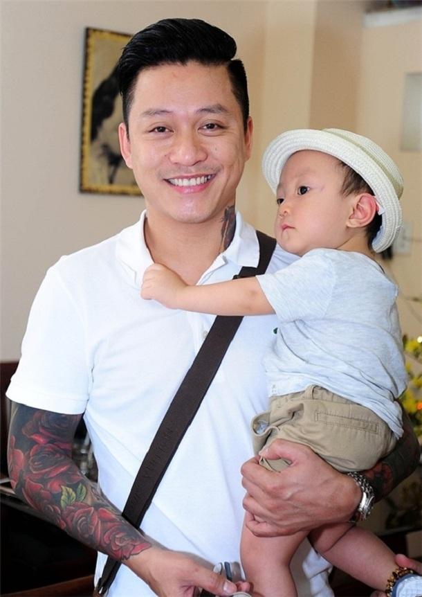Những 'ông bố quốc dân' vừa đẹp trai vừa giỏi kiếm tiền của showbiz Việt - Ảnh 9
