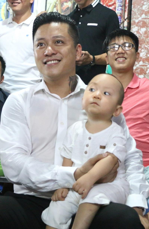 Những 'ông bố quốc dân' vừa đẹp trai vừa giỏi kiếm tiền của showbiz Việt - Ảnh 11