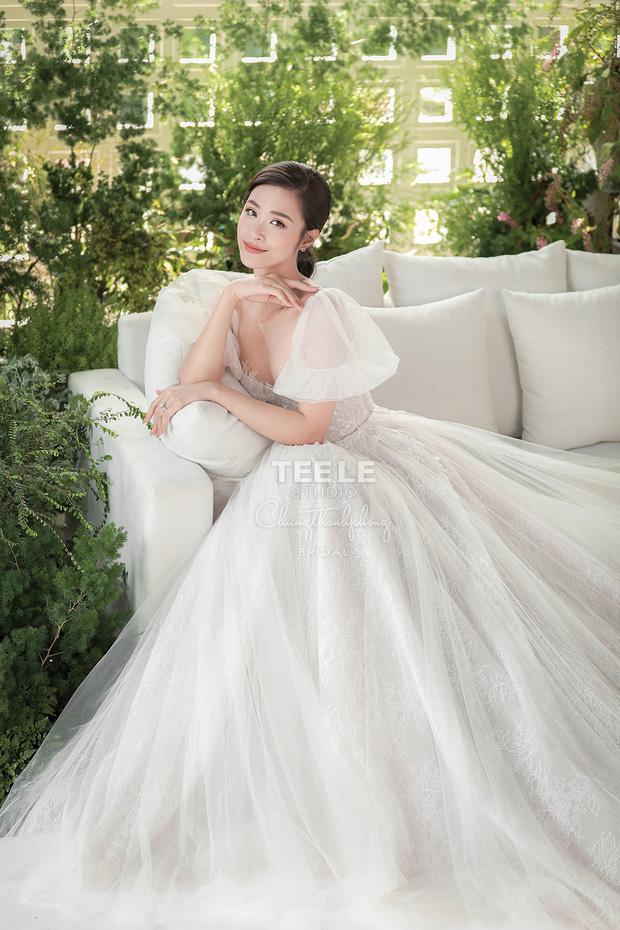 Đông Nhi diện 'sương sương' 10 mẫu váy cưới trong đám cưới thế kỷ với Ông Cao Thắng - Ảnh 6