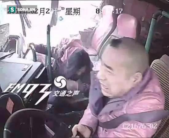 Ngủ gật trong lúc lái xe, tài xế xe khách gây tai nạn kinh hoàng - Ảnh 2