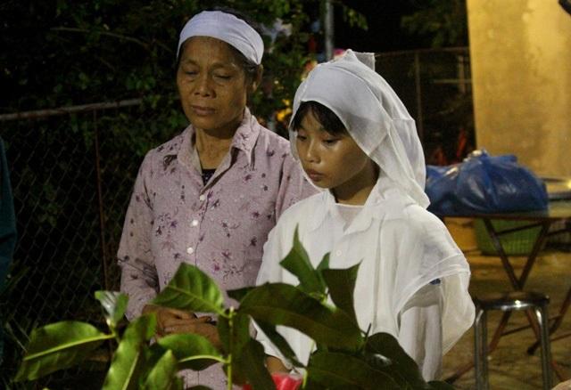 Vụ hai mẹ con tử vong dưới ao: Lễ tang giữa khuya và tiếng khóc
