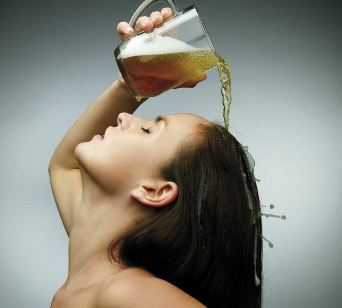 Xoa đều hỗn hợp bia và dầu dừa lên tóc, mát xa nhẹ nhàng 15 phút