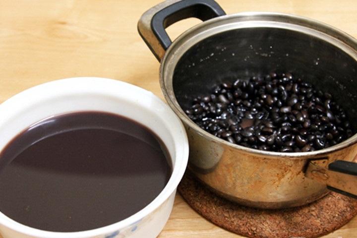 Uống nước đậu đen có nhiều công dụng tốt cho sức khỏe.