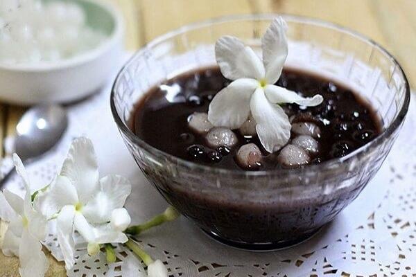 Uống nước đậu đen đẹp da mịn màng, tươi sáng