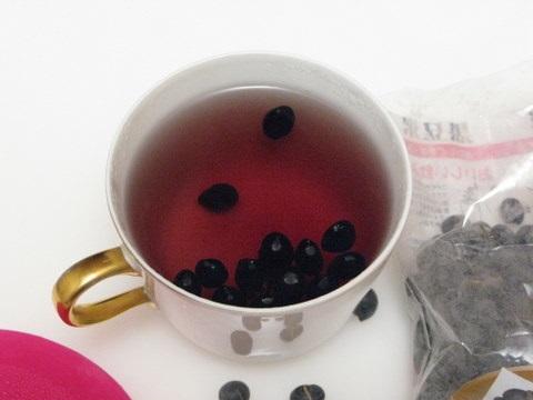 Uống nước đậu đen rang trị mụn, thanh nhiệt, thải độc cơ thể