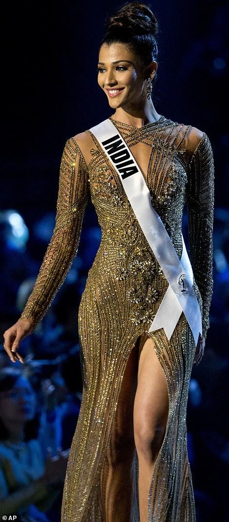 Bị tụt váy vì diễn quá sung, hoa hậu Ấn Độ lộ ngực trên sân khấu  - Ảnh 2