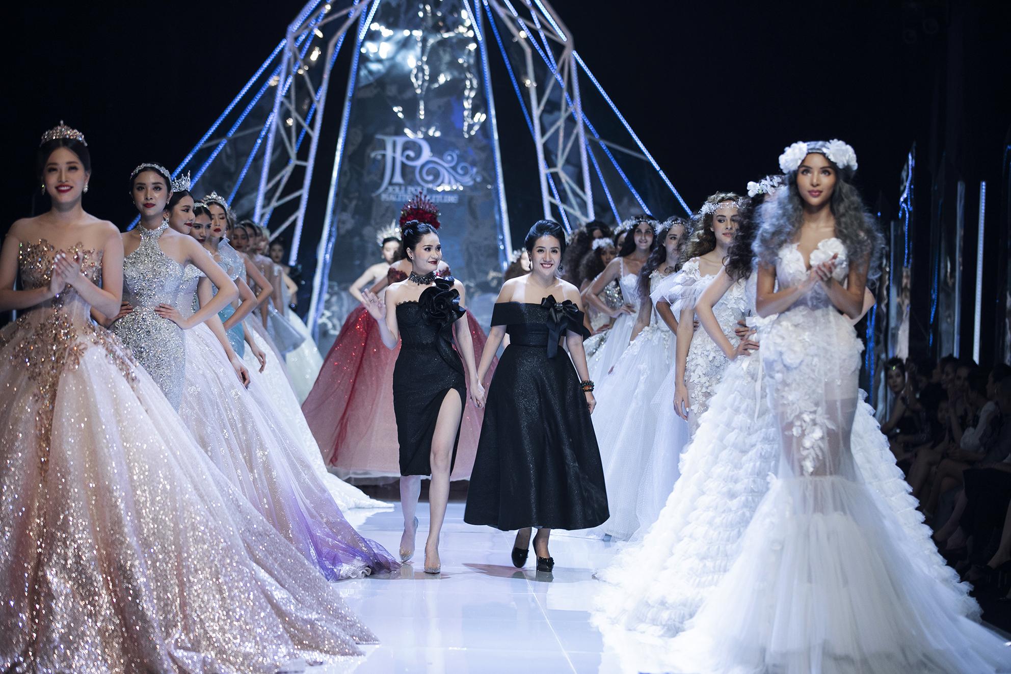 Đối lập Hương Giang sắc lạnh, hoa hậu Tiểu Vy catwalk như một 'thiên thần' - Ảnh 1