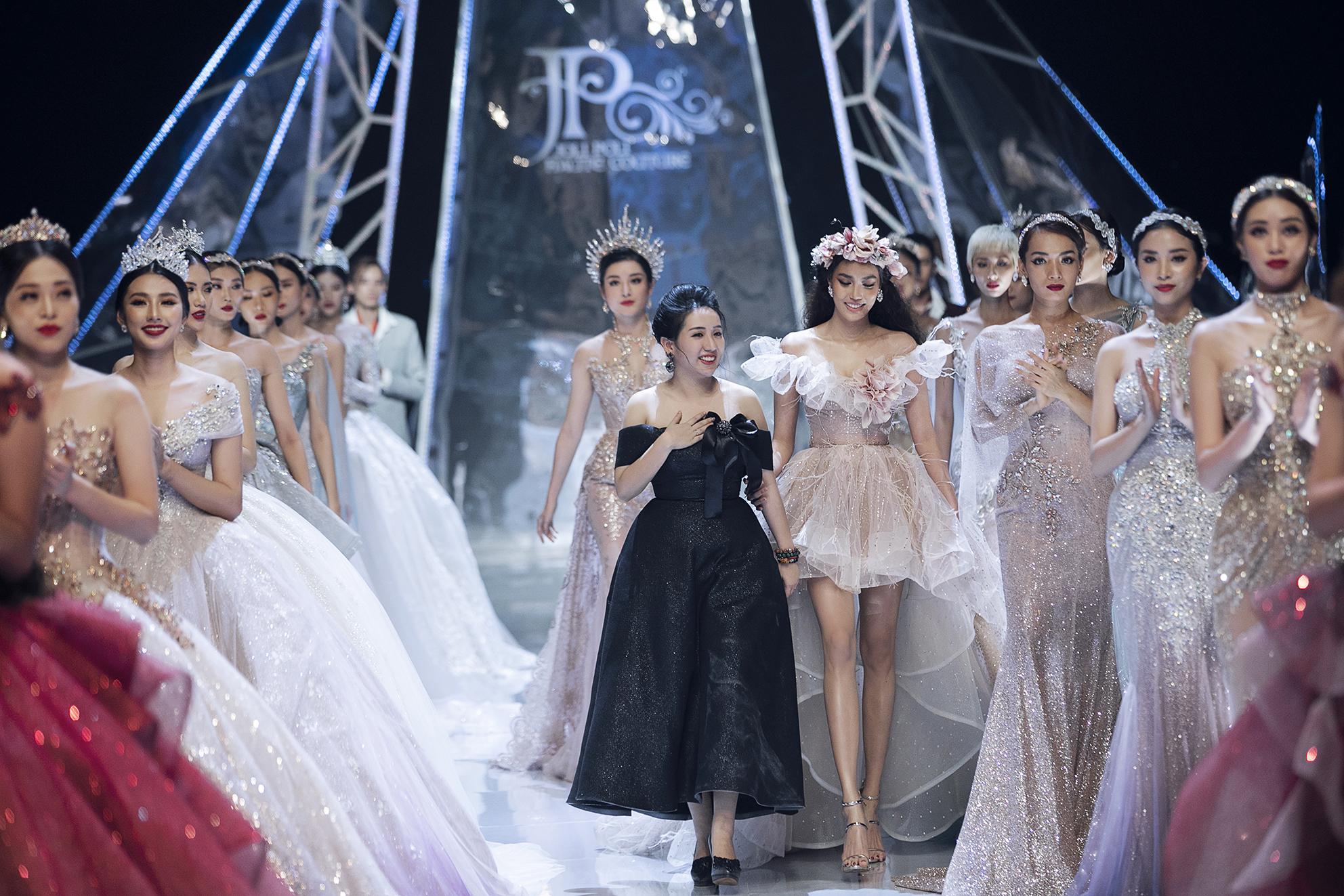 Đối lập Hương Giang sắc lạnh, hoa hậu Tiểu Vy catwalk như một 'thiên thần' - Ảnh 11