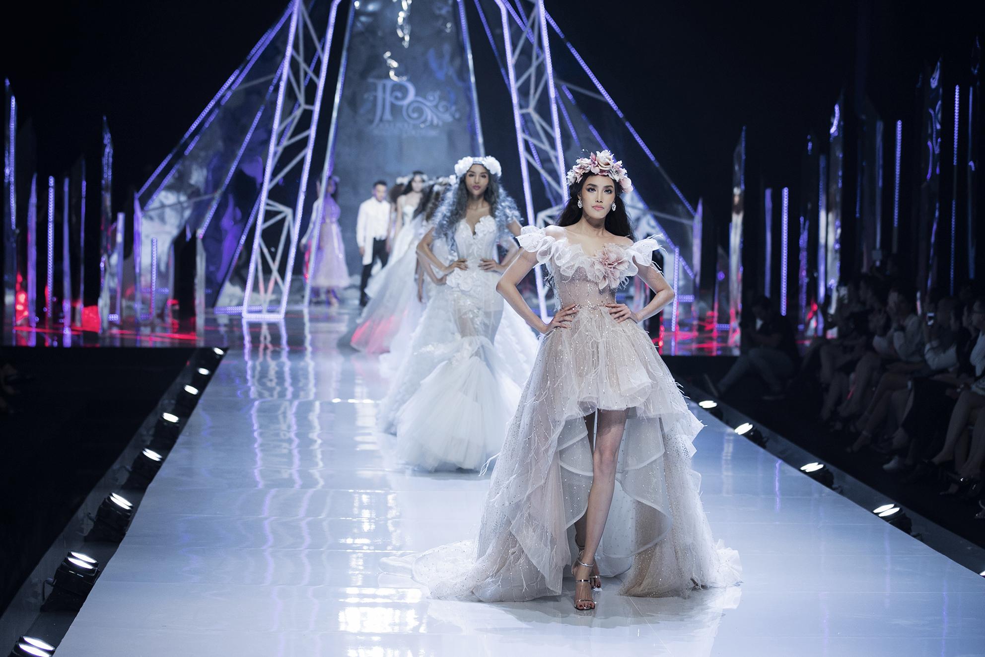 Đối lập Hương Giang sắc lạnh, hoa hậu Tiểu Vy catwalk như một 'thiên thần' - Ảnh 3