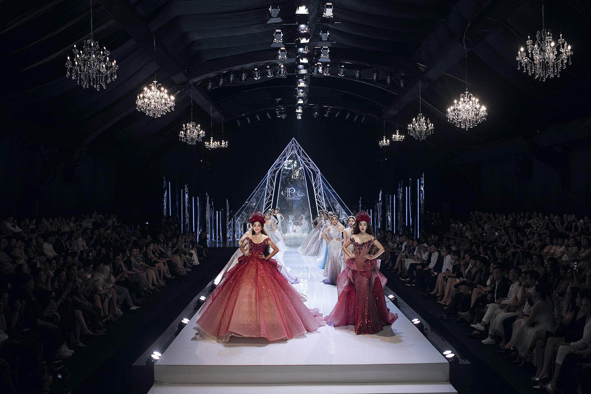 Đối lập Hương Giang sắc lạnh, hoa hậu Tiểu Vy catwalk như một 'thiên thần' - Ảnh 4