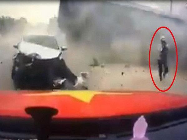 Đoạn video mẹ bế con nhỏ chạy đua với 'tử thần' ở Quảng Ninh lên báo quốc tế - Ảnh 1