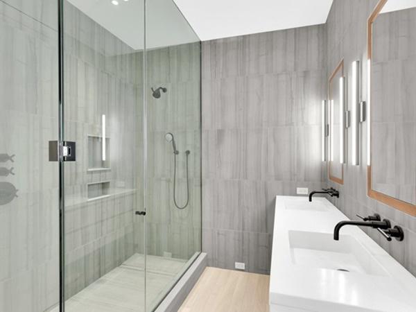 Có 3 phòng tắm lớn và một phòng tắm nhỏ trong nhà.