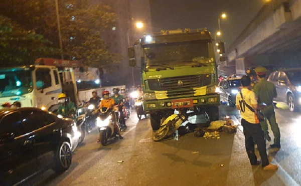 Hà Nội: Xe máy bị xe tải húc đuôi ngay ngã 4, một phụ nữ tử vong giữa phố - Ảnh 1